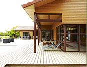 Maison à ossature bois moderne avec une grande terrasse en bois