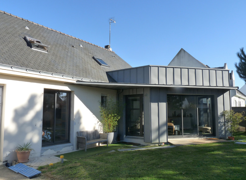 Une extension bois et zinc nantes for Extension maison en l